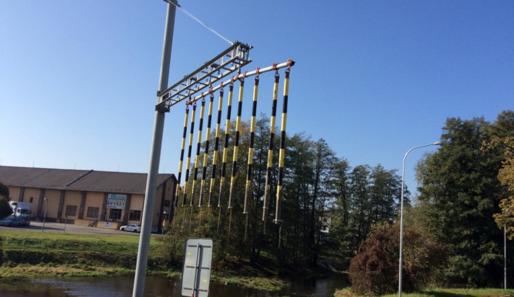 Poškozená konstrukce s visícími řetězy mate řidiče, Technické služby slibují nápravu