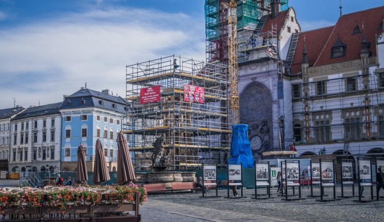 Plachty z radnice zmizí a věž půjde nahoru nejspíš v úterý. Práce budou pokračovat na jaře