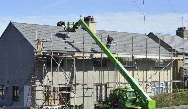 Muž vylezl po lešení na střechu domu a odmítal jít dolů. Museli pro něj vyšplhat strážníci