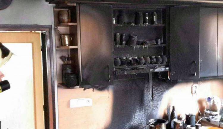 Hasiči dnes zasahovali u požáru rodinného domu. Vzplály potraviny na sporáku