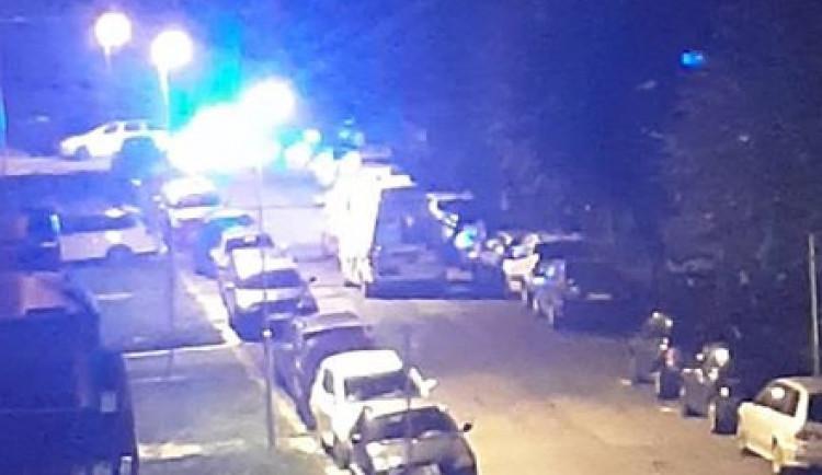 Opilý manželský pár se intoxikoval léky. V Zeyerově ulici zasahovali policisté i záchranáři