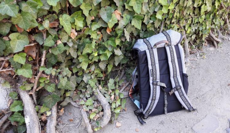 Zloděj ukradl z auta na Karafiátové ulici batoh plný učebnic. Hrozí mu dva roky vězení