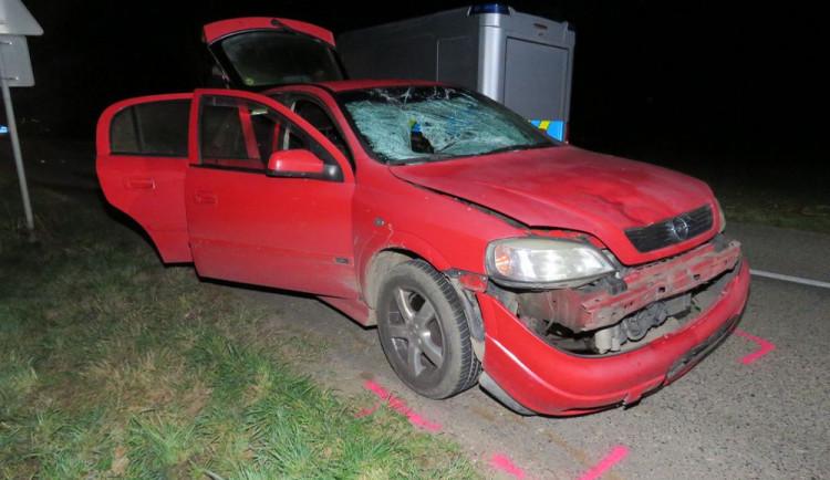 Chodec, který včera zemřel po srážce s autem, šel po špatné straně silnice a neměl reflexní prvky