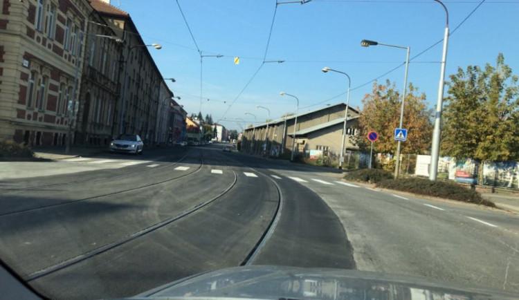 Litovelská ulice je opět průjezdná. Tramvajová trať je opravena