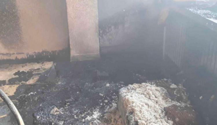 AKTUÁLNĚ: Tři jednotky hasičů zasahují u požáru bytu. Deset osob muselo být evakuováno