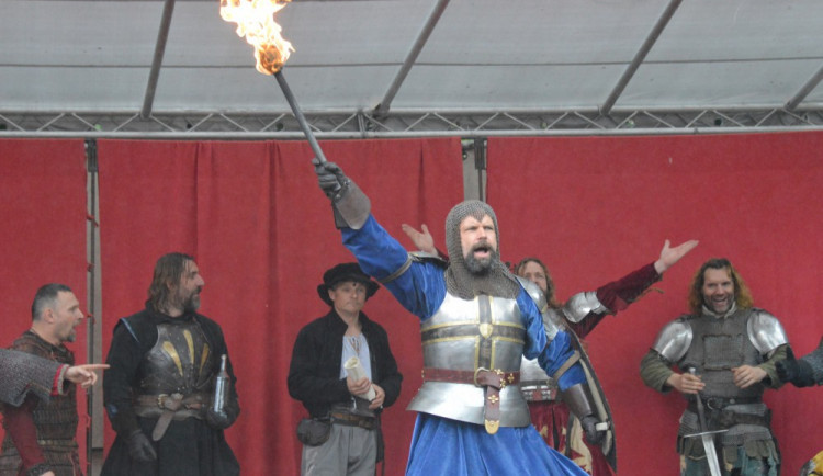 FOTOGALERIE: Na Helfštýně řinčí meče, koná se tam Festival vojenské historie