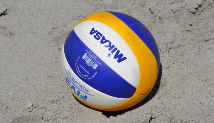 FOTO: Na Horním náměstí svedly olomoucké volejbalistky bitvu v plážovém volejbalu
