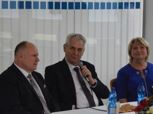 FOTOGALERIE: Prezident Zeman navštívil Babišovu Olmu. Symbolicky si připil mlékem