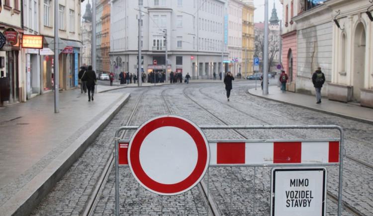 FOTO: Třída 1. máje je otevřena. Pozůstatky Hradské brány bude přípomínat bronzový model