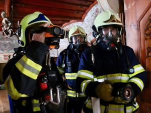 FOTOGALERIE: Hrad Bouzov v plamenech. Naštěstí jen cvičně