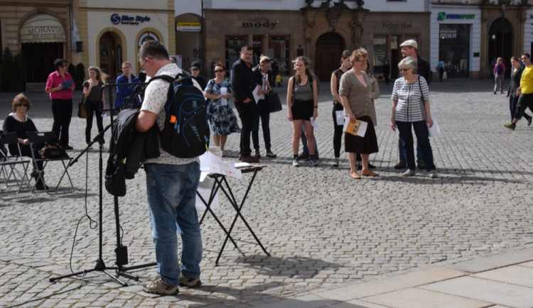 Na Horním náměstí proběhlo veřejné čtení jmen obětí holocaustu
