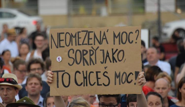 Na Horním náměstí se sešli lidé, aby demonstrovali proti vládě Babiše a Zemana
