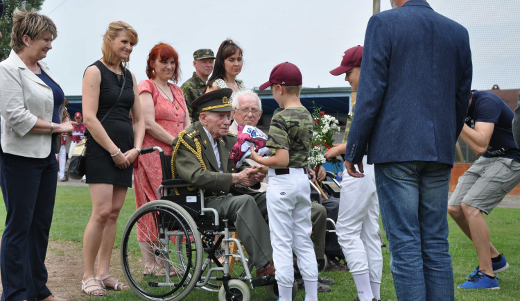 Olomoučtí baseballisté uctili válečné veterány, dorazil i pětadevadesátiletý generál Emil Boček