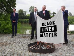 FOTO: Internetové vtípky na prezidentovo veřejné pálení trenýrek