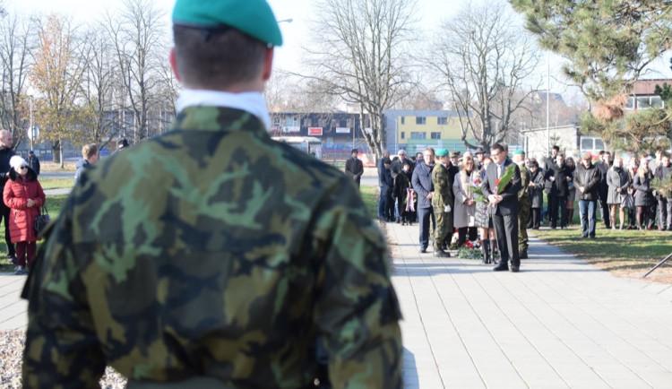 FOTO/VIDEO: U památníku u právnické fakulty proběhla vzpomínka ke Dni boje za svobodu a demokracii