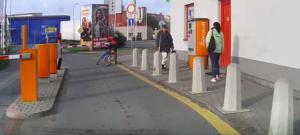 Cyklista u Kauflandu přehlédla spouštějící se závoru, ta ji vyhodila ze sedla