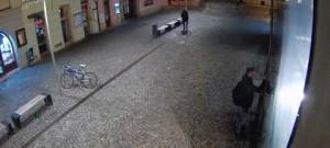 VIDEO: Muž popsal vulgárními nápisy venkovní stěny Galerie Moritz. Policie po něm nyní pátrá