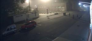 VIDEO: Mladík v Kateřinské převrátil kontejner. Chtěl prý stížit práci popelářům