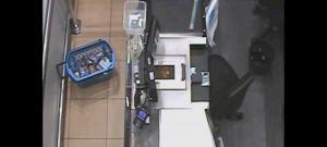 VIDEO: Muž se pokusil v Šantovce ukrást žiletky za 18 tisíc. Chtěl je pronést přes prázdnou pokladnu