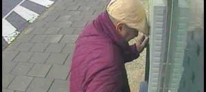 Policie hledá muže, který ženě ukradl peněženku a poté vybral její kartou hotovost z bankomatu