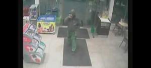 Muž vykradl benzinku, bral hotovost i cigarety. Obsluze vyhrožoval násilím