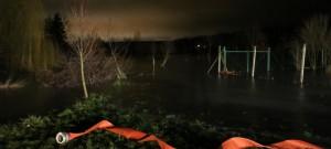 Lidem pod přehradou hrozilo zatopení domů, hasiči zasáhli včas