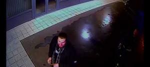 Dva muži rozbili prakem výlohu obchodní galerie, škoda je skoro sto tisíc