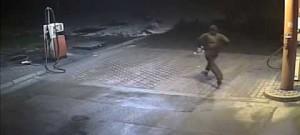 Muž vyloupil benzínku, obsluze mával před obličejem pistolí