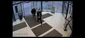 Zloděj v nestřeženém okamžiku vytáhl muži peněženku z kapsy, vše zachytila kamera #1