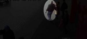 Hledají se tito dva muži, kteří okradli prodavačku v trafice 1