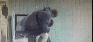 Muž okradl mladíka, který spal na zastávce na třídě Svobody