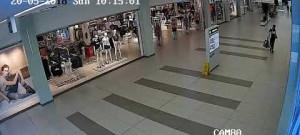 Zloděj odstranil na více jak dvaceti kusech oblečení čipy a ukradl je. Policie po něm nyní pátrá